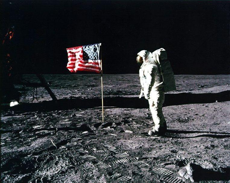 21 juli 1969: astronaut Edwin 'Buzz' Aldrin staat naast de Amerikaanse vlag, geplant in het oppervlak van de maan. Beeld epa