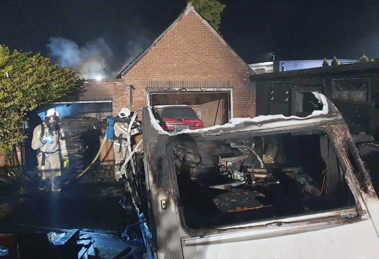 De caravan brandde volledig uit net als een opslagplaats naast te woning.