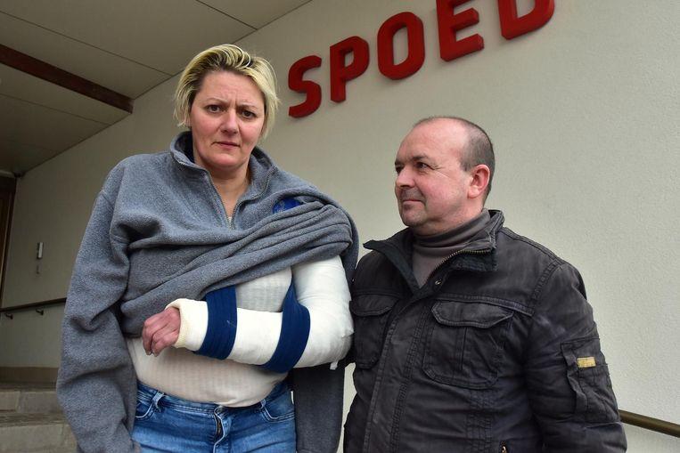 Vanessa Vandenbulcke en haar echtgenoot Filip Seynaeve bij het verlaten van de spoedafdeling van de Izegemse Sint-Jozefskliniek.