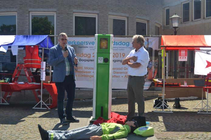 Wethouder Joop van Orsouw onthult eerste Laadzuil met AED kast. Rechts ontwikkelaar Luciën van Herpen.