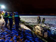 Auto belandt in sloot in Oosteind, bestuurder onderkoeld