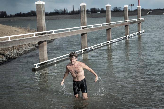 Harrie Heijblok na afloop van een zwemrondje van drie minuten in de nevengeul.