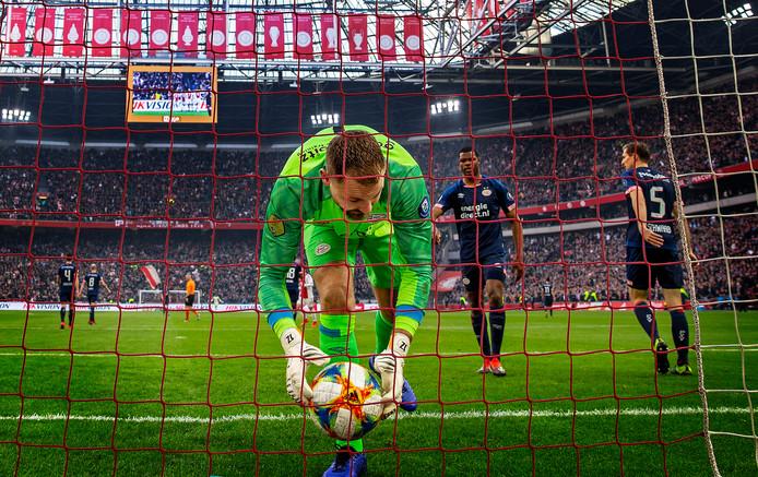 De meeste eredivisiegoals in 34 jaar: 1061. Hier haalt Jeroen Zoet de bal uit het doel in de Arena, waar PSV met 3-1 van Ajax verloor.