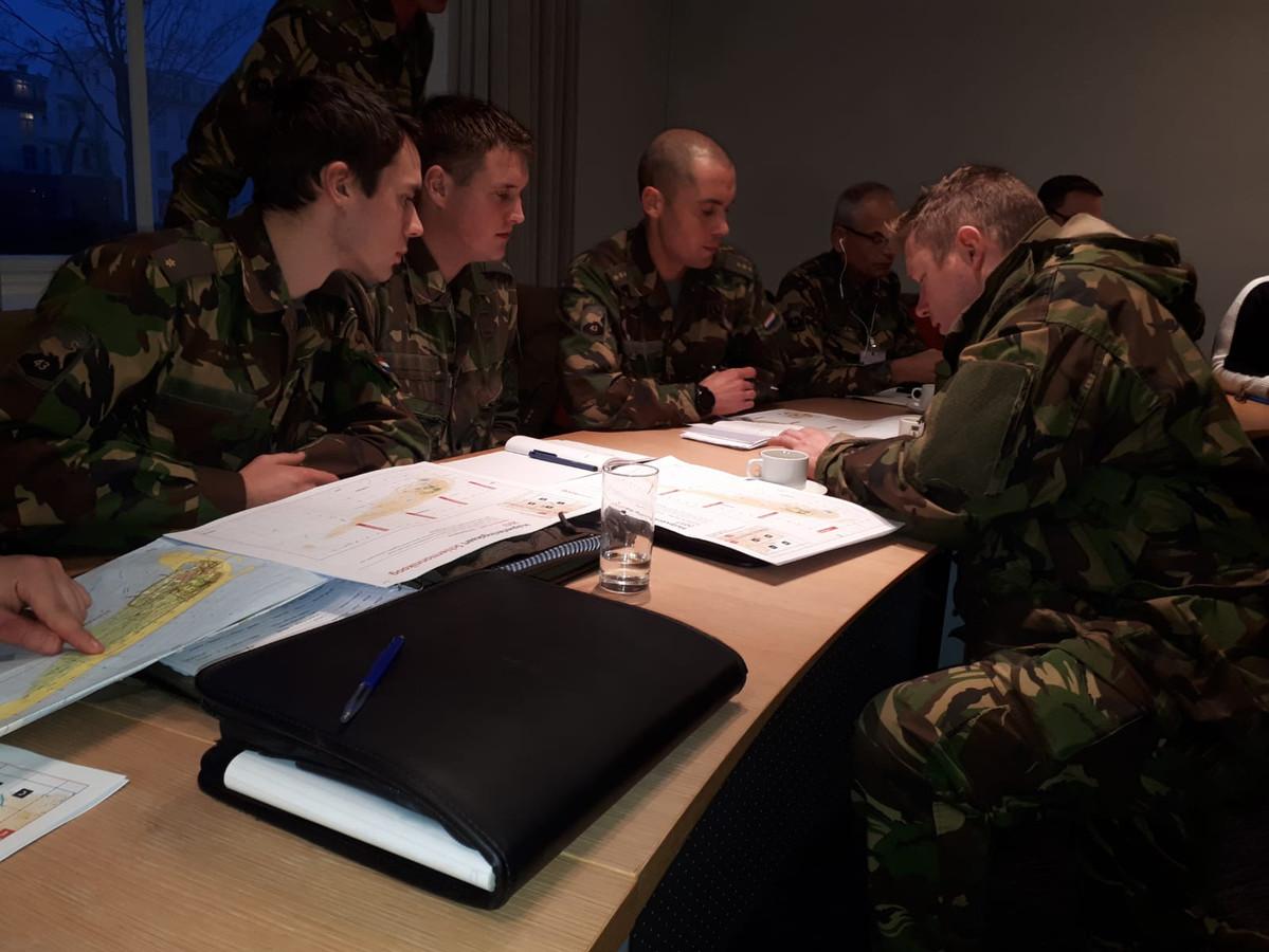 Militairen nemen op Schiermonnikoog het draaiboek van de opruimactie door.