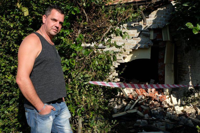 Kristof Vercammen toont het gat in zijn garagemuur.