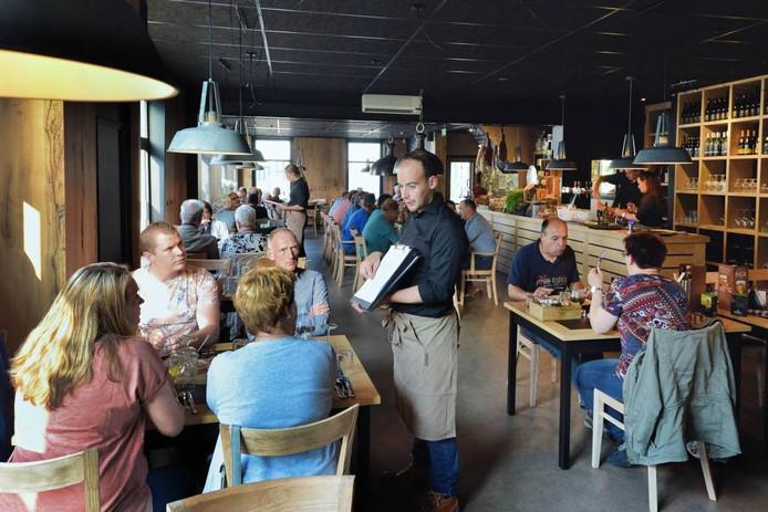 Minister Pieter geeft de gasten uitleg over de menukaart. foto peter van trijen/pix4profs