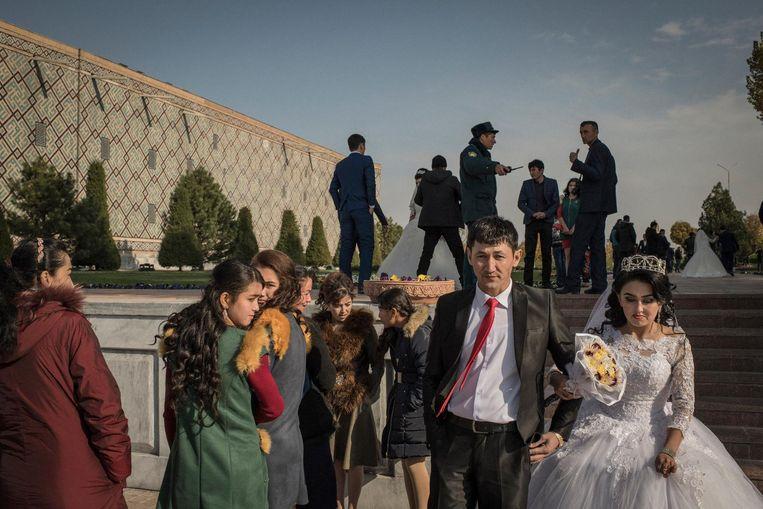 Bruidsparen beleven hun grote dag in Samarkand, Zuid-Oezbekistan. Beeld null
