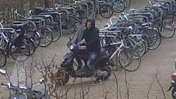 Een dief sloeg zijn slag bij de fietsenstalling van Snowworld en nam een scooter mee.