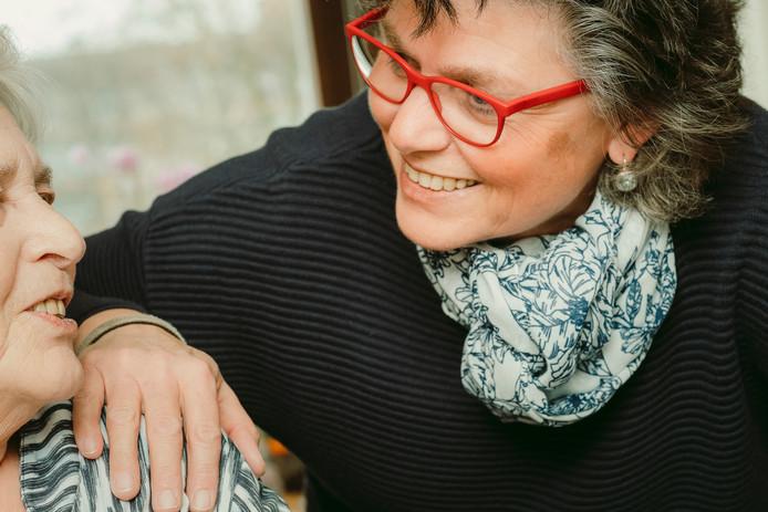 Hanneke Mennens met haar moeder Co (81), die 24 uur per dag zorg nodig heeft.