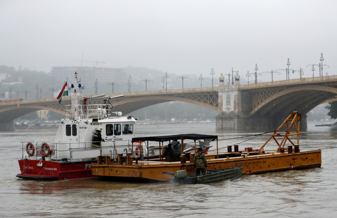 De reddingsboot van de brandweer zoekt mee.