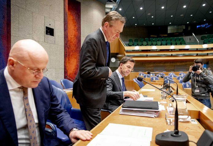 Minister Ferdinand Grapperhaus (Justitie & Veiligheid), minister Bruno Bruins (Medische Zorg en Sport) en premier Rutte zijn bij het debat over de bestrijding van het coronavirus
