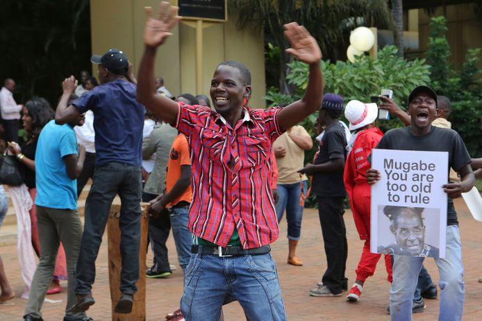 Zimbabwanen vieren feest in de straten van Harare.