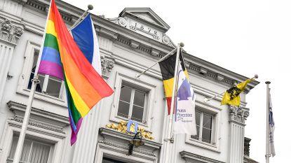 Regenboogvlag op Grote Plaats