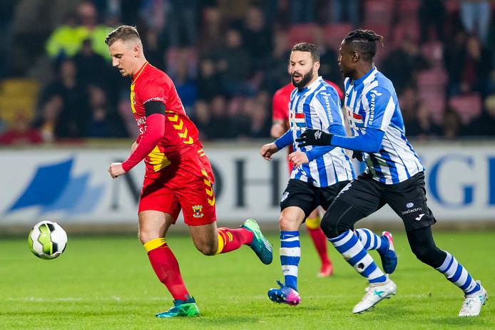 GA Eagles-speler Siebe Schets (L) met FC Eindhoven speler Rochdi Achenteh (m)  en FC Eindhoven speler Augustine Loof (r)