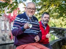 Benny (62) verloor vader aan corona en laat nu 1.000 aronskelk-pins verspreiden om slachtoffers te herdenken