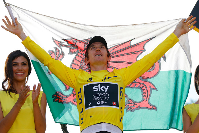 Geraint Thomas met de vlag van Wales.