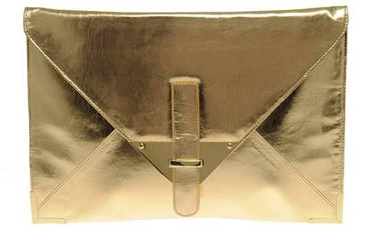 Deze gouden clutch past perfect bij je kleine, zwarte jurkje.