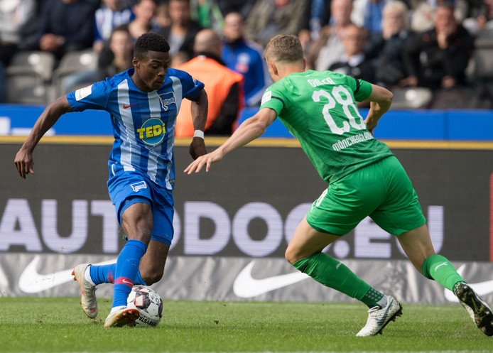Hertha-aanvaller Javairo Dilrosun (l) in duel met Gladbachs international Matthias Ginter.