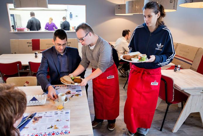 Bij lunchcafé Zonder Meer in Oud-Beijerland werken jongeren met een beperking.