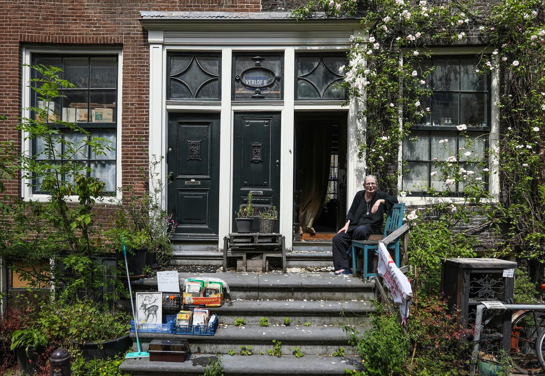 Op de trap van haar huisjes zit Saskia Snelders nog vol plannen. Beeld Eva Plevier