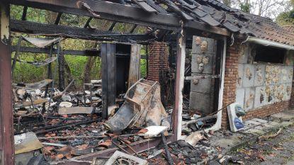 Brand vernielt opslagruimte kunstenatelier Het Ovenveld op Kouterslag