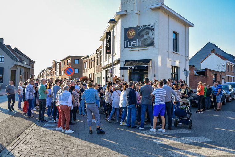 Een honderdtal mensen kwam naar de stille wake aan café 't Dorp, met boven de ingang de reuzengrote foto van wielrenner Tosh Van der Sande.