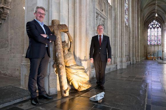 Historicus Patrick De Greef en Hugo De Cleyn, voorzitter van de kerkraad, bij het verloren gewaand werk van Jan-Frans Boeckstuyns.