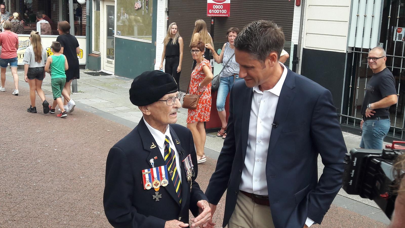 Canadees oorlogsveteraan Don White krijgt spontaan applaus in de Nieuwstraat.