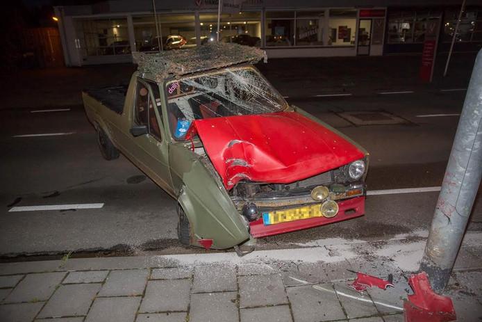 De auto botste tegen een lantaarnpaal op de Langeweg.