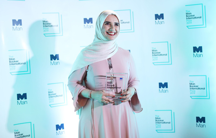 Jokha Alharthi poseert met haar prijs.