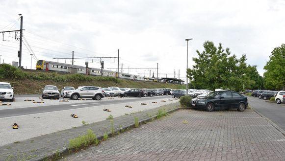 Doordat de parking van het station in Oudenaarde betalend is geworden, kiezen heel wat pendelaars voor gratis parkeerplaatsen in omliggende straten en aan andere stations.