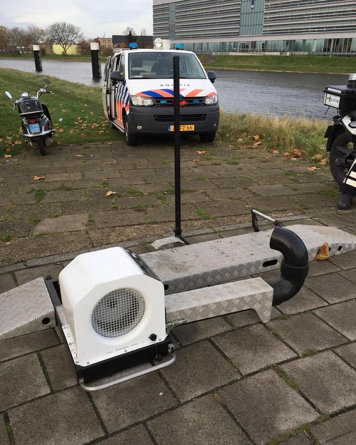 De politie hield donderdagochtend een bromfietscontrole bij de Schroebrug in Middelburg.