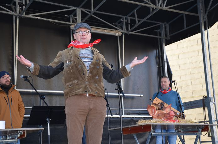 Volksfiguur Gerrit Borreman zorgde opnieuw voor heel wat vertier op de varkenskopverkoop tijdens de Sint-Antoniuskermis in Iddergem.