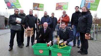 Parkwachters redden goederen van afvalhoop