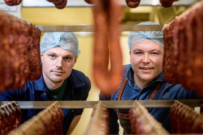 Worstenmaker Ivo van Dijk (rechts) en boer Sjoerd Pipers.
