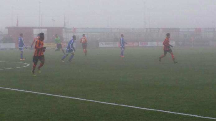 Namens Oranje heeft Pasquinel Minkman uit een vrije trap 1-3 gescoord kort voor rust.