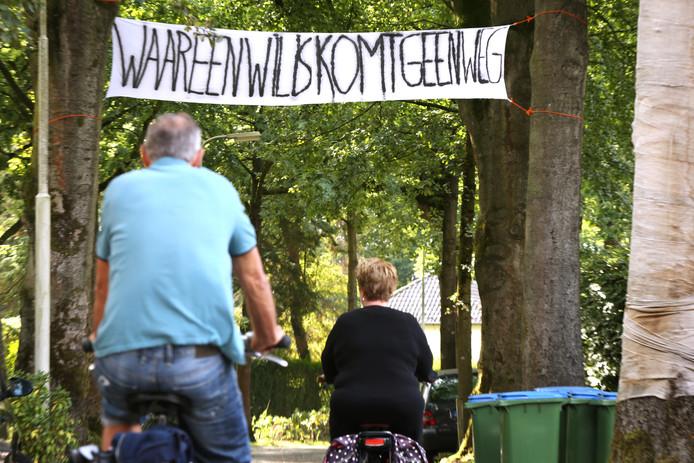 20180906 - Breda - Protest-spandoek in de Bieberglaan tegen het aanleggen van een vierbaansweg ten koste van deze straat. FOTO: RAMON MANGOLD/ PIX4PROFS