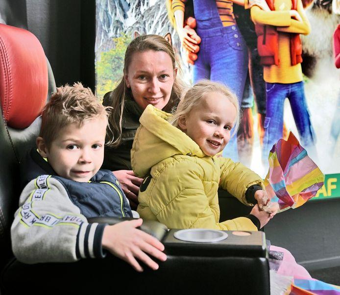 Joyce Tuijn met haar kinderen Finne en Ivar in de bioscoop in Nijmegen.