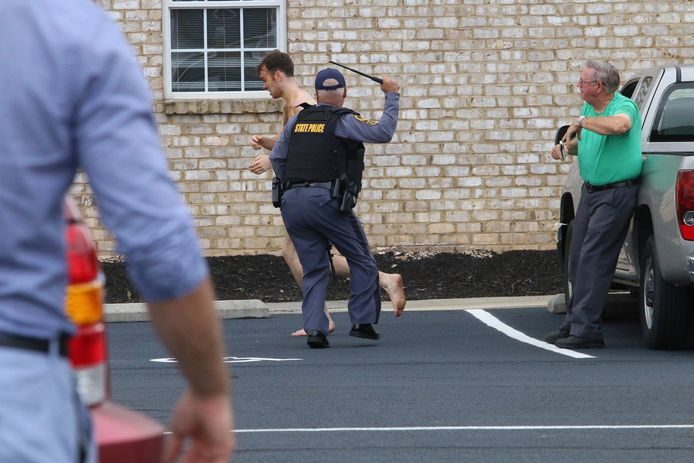 Matthew Bernard liep naakt door de straten van het Amerikaanse Keeling. Agenten spoten traangas en zetten de wapenstok in om hem te arresteren. Net ervoor probeerde hij een hovenier te wurgen (zie foto onder).