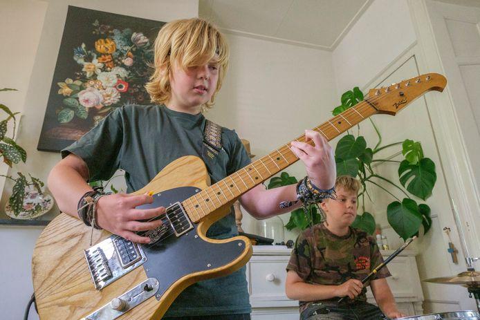 Boaz Braamse speelt samen met zijn broer Stijn op drums in The Travelling Trashcans.