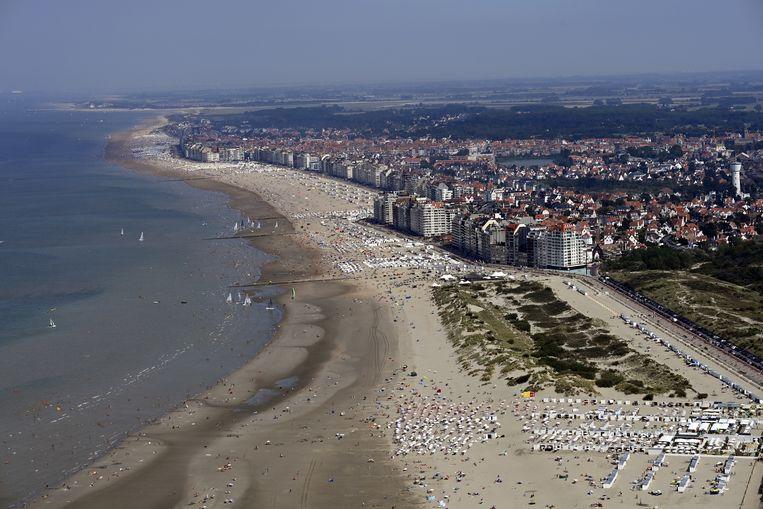 Luchtbeeld van het strand van Knokke afgelopen zaterdag. Dagjestoeristen zijn vanaf woensdag weer welkom.