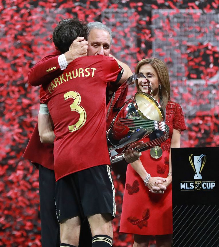 De aanvoerder van Atlanta United Michael Parkhurst omhelst Arthur Blank. Beeld AP