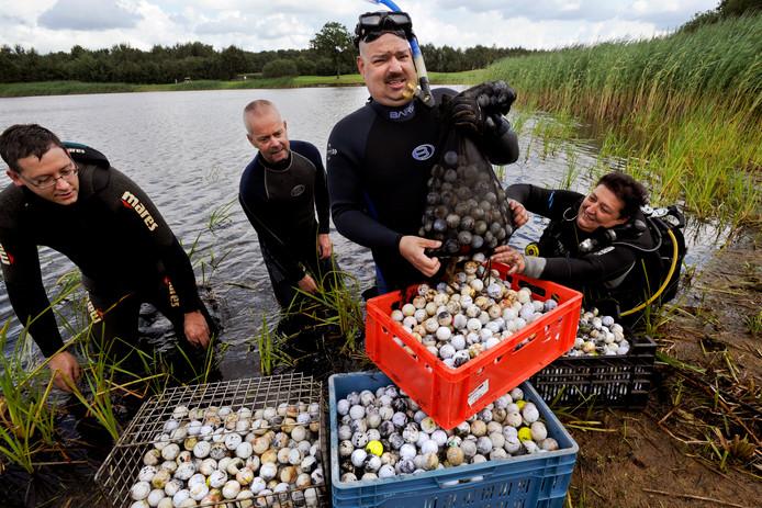 Duiken naar golfballen gebeurt vaker, zoals hier - legaal - in een vijver bij Kaatsheuvel.