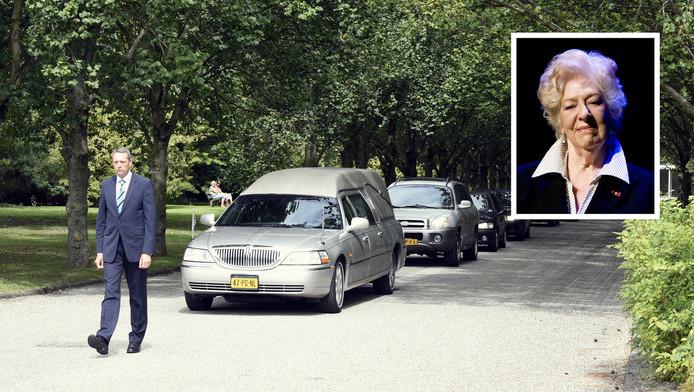 De rouwstoet arriveert bij Herdenkingspark Westgaarde in Amsterdam.