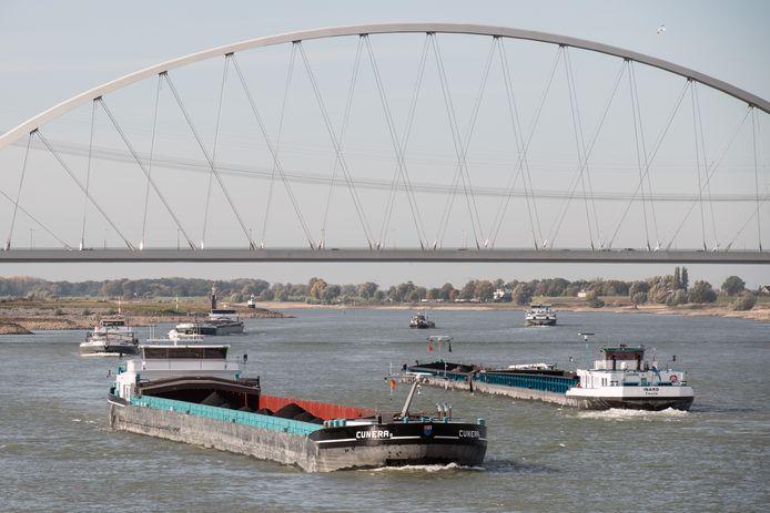 Schepen op de Waal bij Nijmegen.