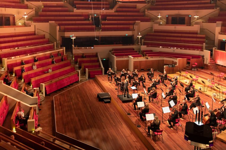 Het Radio Filharmonisch Orkest treedt op in een vrijwel leeg TivoliVredenburg in Utrecht. Beeld Esther de Bruijn