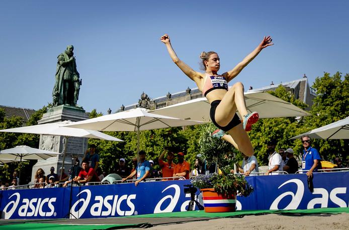 Eva Bastmeijer in actie op het onderdeel verspringen tijdens de opening van de NK Atletiek op het Plein.