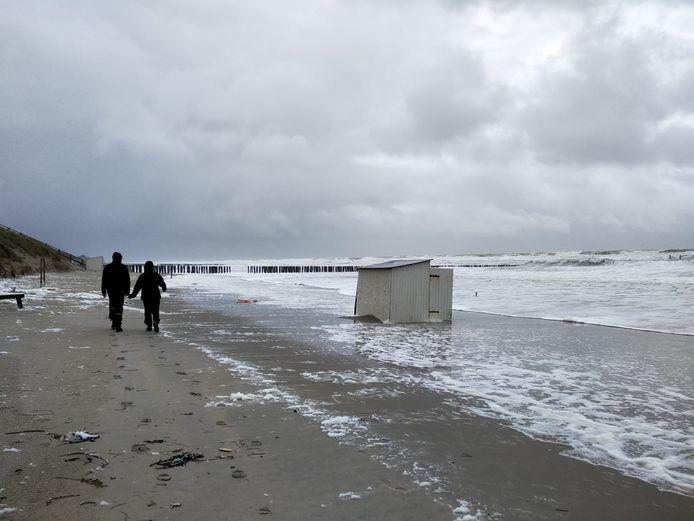 Strandhuisje in het water bij Domburg.