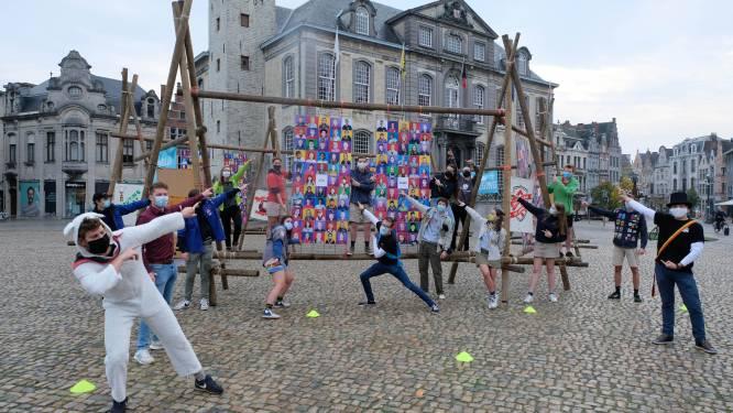 Jongeren sjorren houten kunstwerk in mekaar voor Dag van de Jeugdbeweging