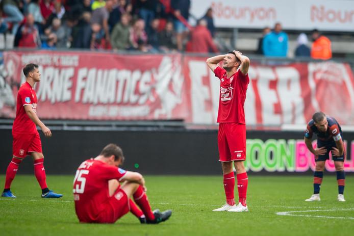 De spelers van FC Twente, met Peet Bijen op de voorgrond, balen van het gelijkspel tegen RKC Waalwijk.
